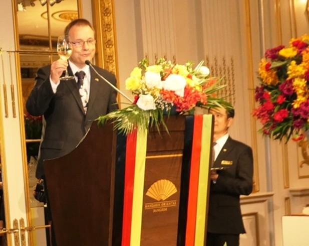 Botschafter Georg Schmidt erhebt sein Glas zum Toast auf den thailändischen König und den deutschen Bundespräsidenten.