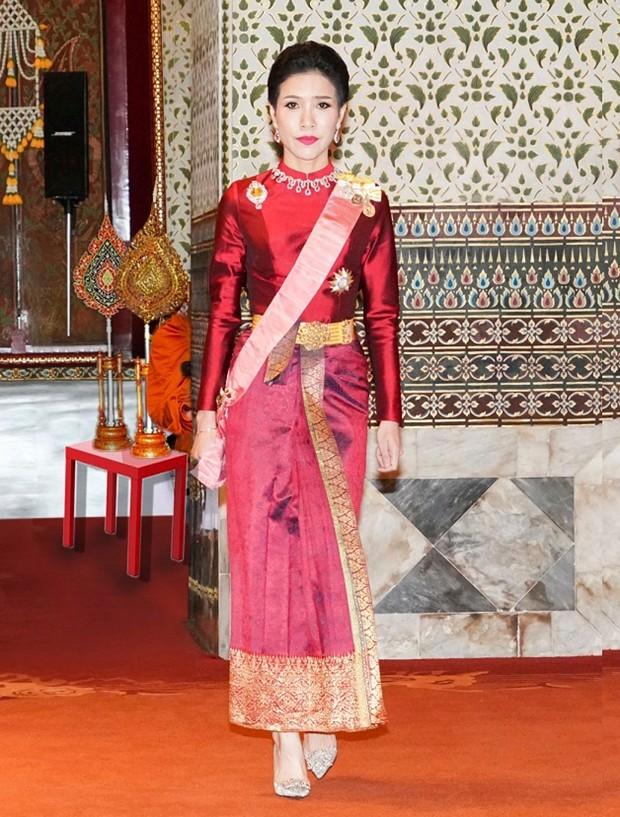 In Ungnade: Die damalige Royal Noble Consort Chao Khun Phra Sineenatra Bilasakalayani heißt nunmehr wieder nur Sineenatra Wongvajirabhakdi und ist auch den Generalmajortitel los. (Thailand Royal Office via AP)