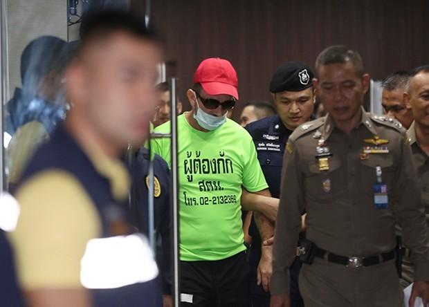 Immigrationsbeamte in Bangkok führen Richard Stanislaus zum Verhör. (AP Photo/Sakchai Lalit)