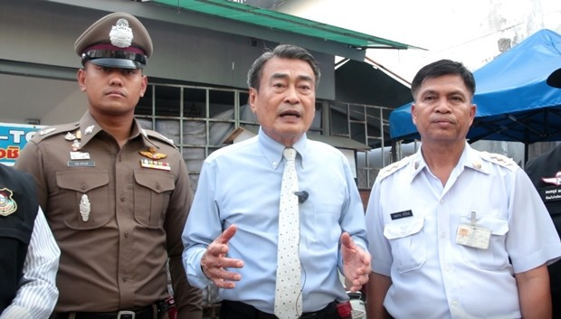Vizebürgermeister Ronakit Ekasingh, Pattaya führt das Team beim Besuch am Bali Hai Pier an.
