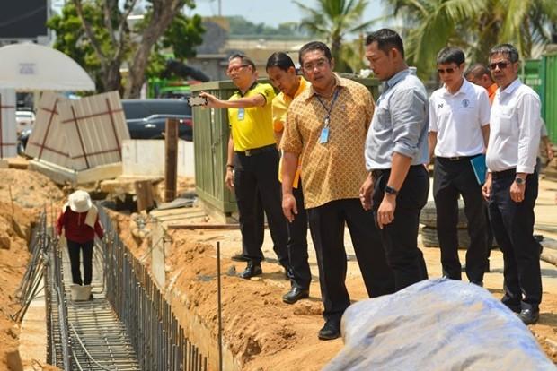 Bürgermeister Sontaya Kunplome bei der Besichtung der Bauarbeiten.