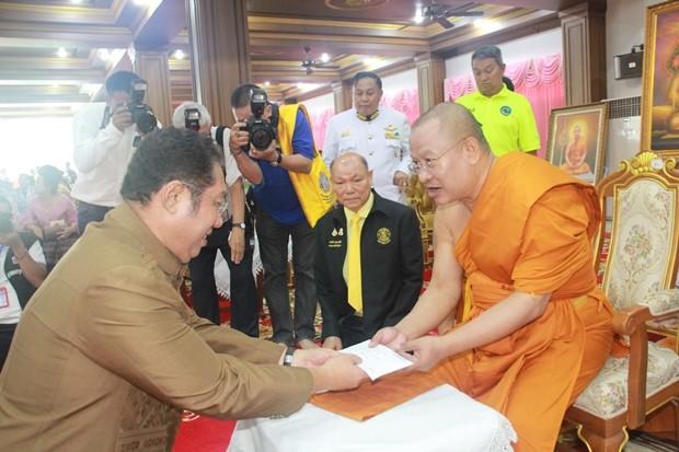 Bürgermeister Sontaya Kunplome mit Honoratoren der Stadtverwaltung nehmen an der Feier teil.