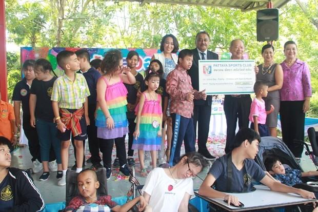 Peter Malhotra, der PSC Präsident, und die Vorsitzende der Wohltätigkeitsabteilung des Clubs, Noy Emerson, sowie Ingkarat Chaimongkol übergaben 20.000 Baht Spende an den Lions club Pattaya. Nongprue's Bürgermeister Dr. Mai Chaiyanit nahm die Spende dankend entgegen.