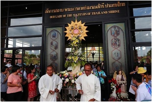 Katholiken tragen ein Podest mit den Fotos der sieben Märtyrer beim Umzug in Christ Church, im Songkhon Dorf der Mukdahan Provinz am 19. Oktober 2019, dem 30. Jahrestag der Seligsprechung der Märtyrer. (AP Photo/Sakchai Lalit)