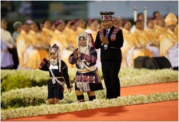 Verschiedene ethnische Gruppen, von denen die meisten katholisch sind, nehmen an der Papst-Messe teil. (AP Photo/Sakchai Lalit)