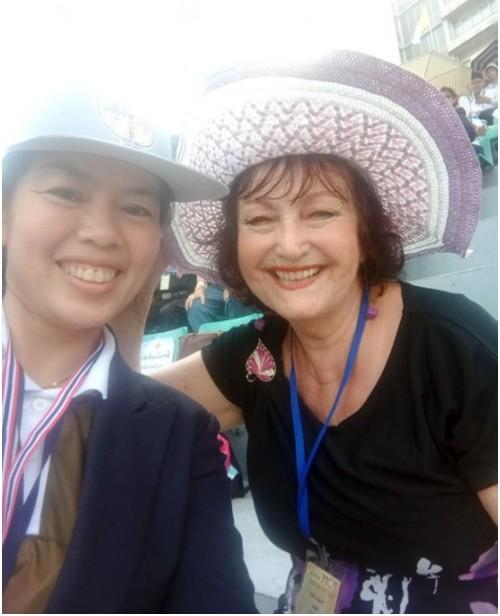 Innuan Hathakran, eine Lehrerin und Oberaufsichts-Platzanweiserin an diesem Tag im Stadion, mit Elfi Seitz. Eines der höflichsten und nettesten Mädchen, die ich je in Thailand getroffen habe. (Fotos Elfi)