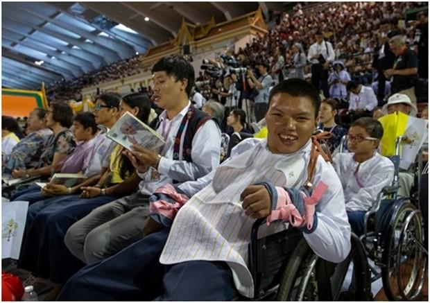 Körperbehindere sitzen in der ersten Reihe bei der Papst-Messe. (AP Photo/Gemunu Amarasinghe)