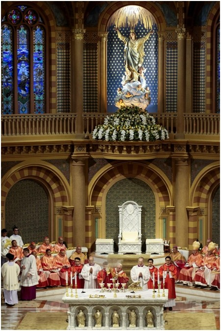 Papst Franziskus, gekleidet in eine thailändische Priesterrobe mit Thai Motiven bestickt, bei der Messe für junge Leute in der Assumption Kathedrale. (Photo by Patipat Janthong)