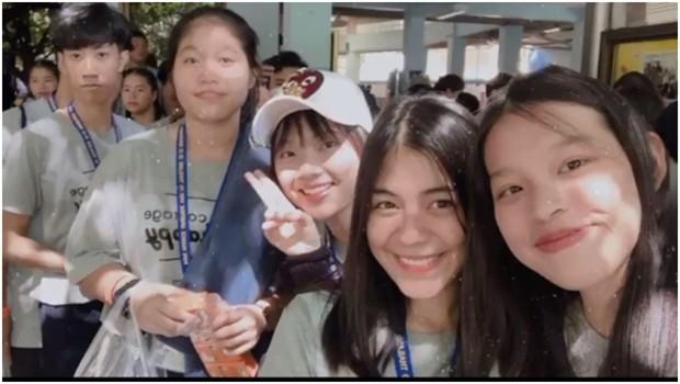 Rita Battaglione aus Pattaya (2. von rechts) mit Schulfreundinnen in der Assumption Kathedrale in Bangkok.