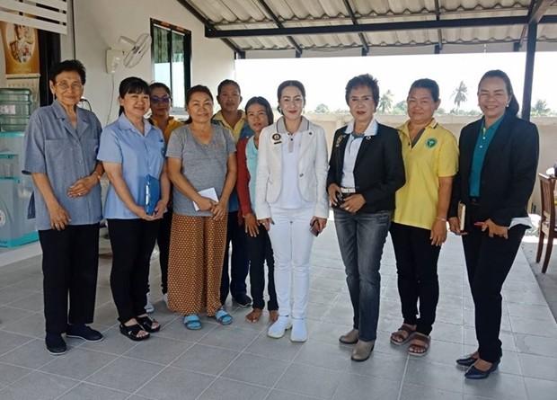 Präsidentin Maneeya Engelking, Pattama Chanchiew, und Mitglieder des Rotary Clubs beim Besuch des Kranken.