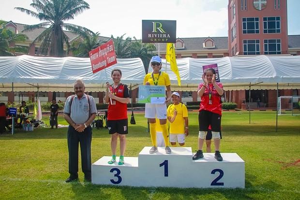 Pratheep S Malhotra übergibt die Preise an die Langstrecken Läufer Frauen und Männer und Jugendliche.