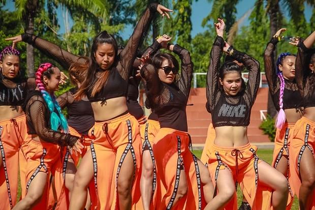 Mädchen der The Rivera Group bei der Eröffnungsshow.