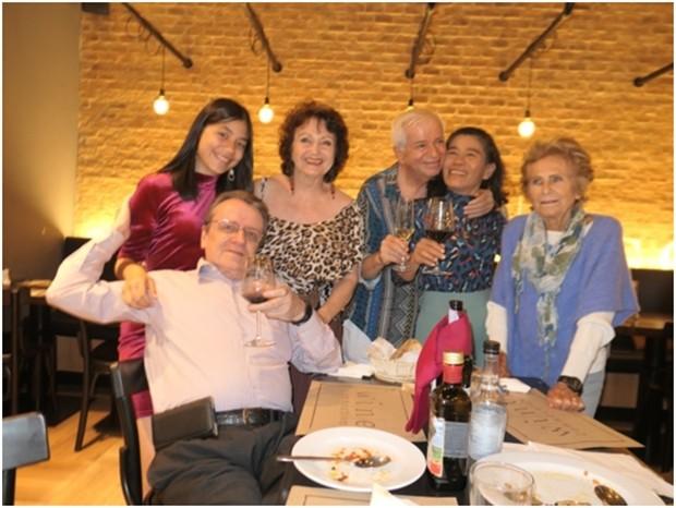 Von links: vorne sitzend Lorenzo, dahinter Rita, Elfi, Paolo, Ket und Francesca.