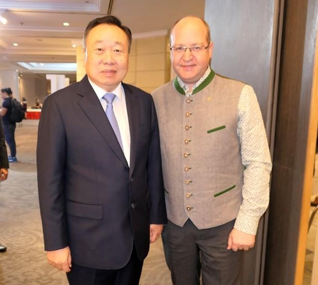 Der Generalmanager des Swissotel Radchada Bangkok, Bruno Rotschädl (rechts), begrüßt alle Gäste persönlich, Hier mit SE Suchart Tonjaroen.