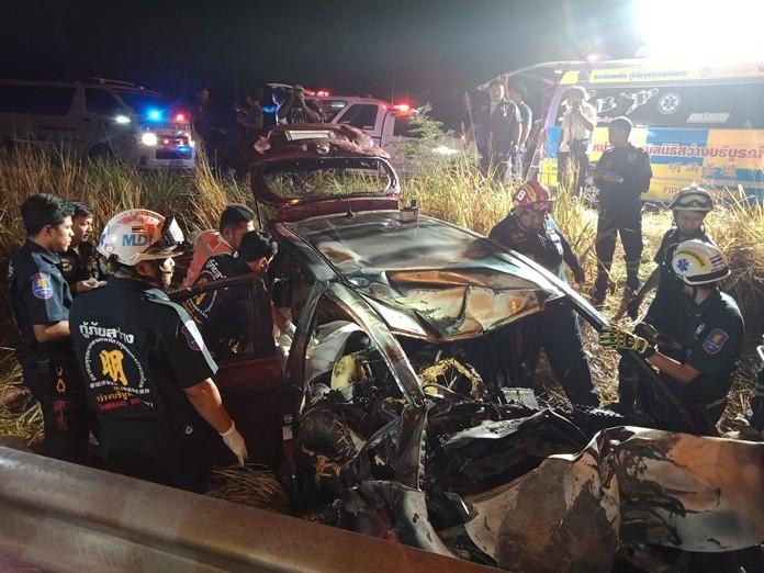 Nach dem Aufprall auf einen E-Mastenund einem Fall in ein tiefes Loch brannte der Wagen völlig aus.