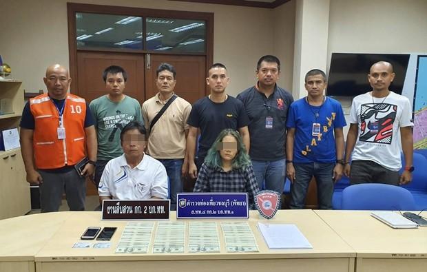 Die Touristenpolizei verhaftet die Falschgeld-Schmuggler.