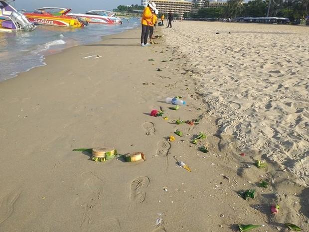 Die Arbeiter sagten, dass dieses Jahr weniger Müll einzusammeln war als in den Vorjahren. Kein Wunde, denn es waren wahrscheinlich auchnur die Hälfte der sonstigen Besucher an den Stränden, da ja alles, was lustig und nett war zu Songkran, verboten wurde.