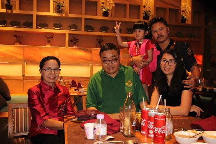Managerin Nutch und Jet mit Familien und Generalaufseher Manas.