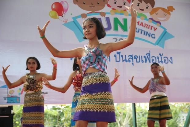 Die Tanzvorführung der Kinder.