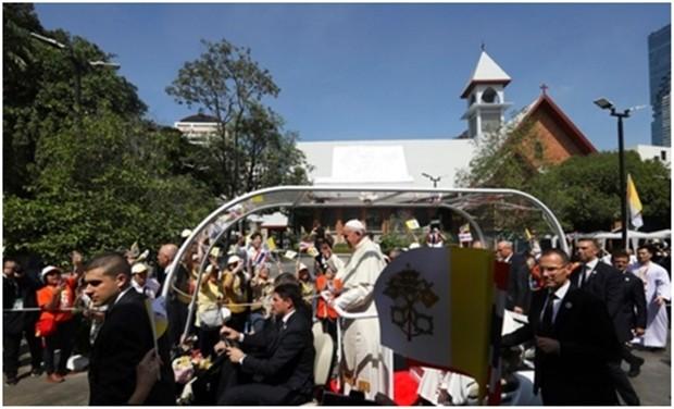 Kinder und Erwachsene freuen sich beim St. Louis Krankenhaus auf die Ankunft des Papstes. (AP Photo/Manish Swarup)