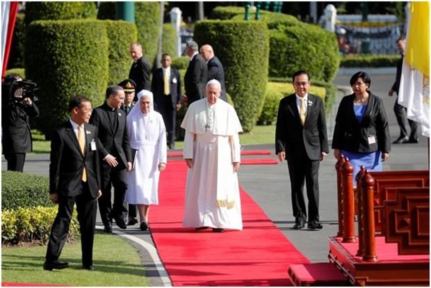 Papst Franziskus (Mitte) und seine Cousine, Schwester Ana Rosa Sivori, links, sowie Ministerpräsident Prayuth Chan-ocha, rechts) bei der Willkommenzeremonie vor dem Regierungsgebäude. (AP Photo/Sakchai Lalit)