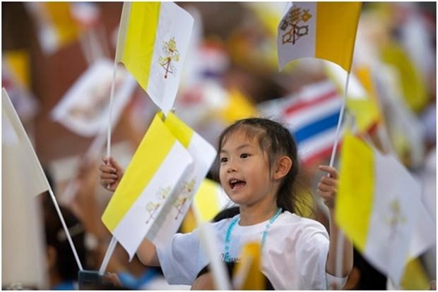 Wo immer der Papst hinkommt, wird er von Gläubigen strahlend begrüßt. (Foto: Gemunu Amarasinghe und AP Photo/Gregorio Borgia)