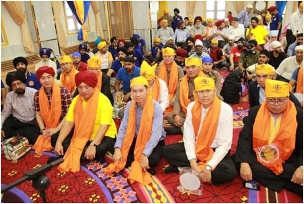Die Ehrengäste nehmen gemeinsam mit den Sikh Gläubigen am Gebet und der Meditation teil.