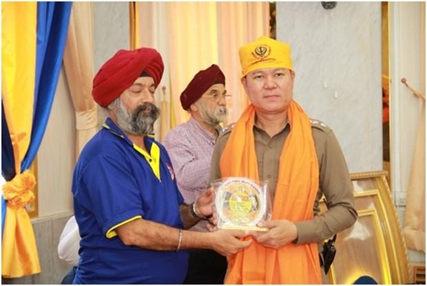 Sikhs präsentieren heilige Schals an die Besucher.