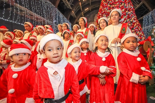 Der Chor des Pattaya Orphanage singt Weihnachtslieder.