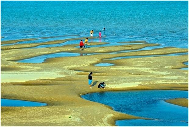 Touristen in Nakhon Phanom lieben es auf den nun stark sichtbaren Sandbänken herumzulaufen. (AP Photo/Chessadaporn Buasai)