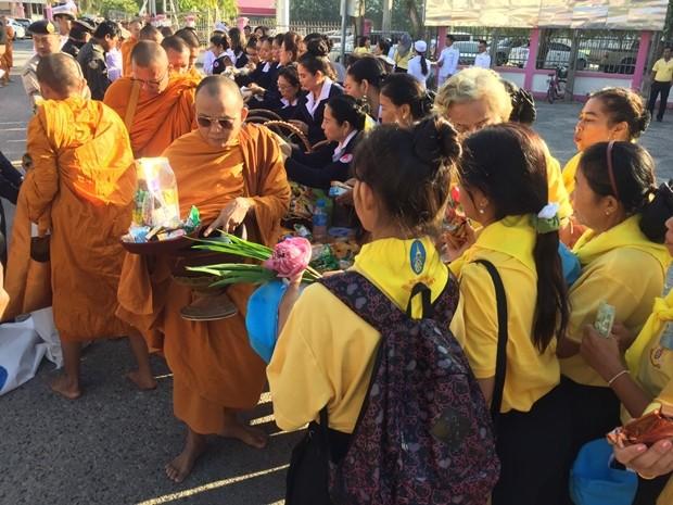 Milde Gaben werden an die 89 Mönche verteilt.