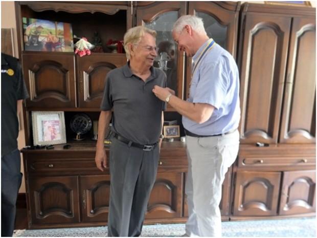 Hans Günther Müller erhält seine Paul Harris Fellow Medaille Klasse 4 von Dieter Reiger angeheftet.