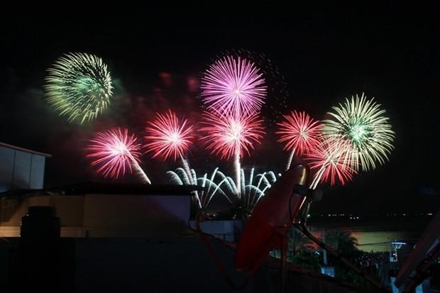 Feuerwerke von sechs verschiedenen Ländern erhellen den Nachthimmel.