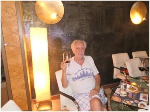 Wolfgang genießt den Wein.