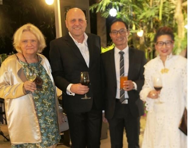 (Von links) Österreich's Botschafterin Dr. Eva Hager, GTTC Direktor Dr. Roland Wein mit Ehemann und eine bekannte Dame der Bangkoker Gesellschaft.