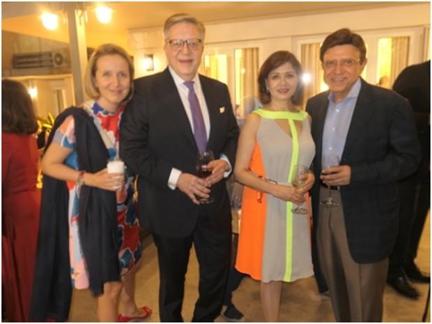 Der Botschafter der Europäischen Union in Thailand, Pirkha Tapiola mit Gattin (links von ihm) und der bekannte Musikmäzen J.S, Uberoi mit Gattin.