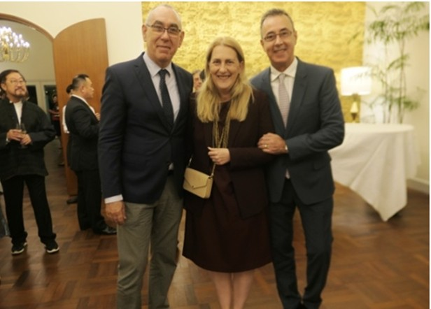 Die Schweizer Botschafterin Helene Budliger-Artieda mit Ehemann (rechts) und Schwager.