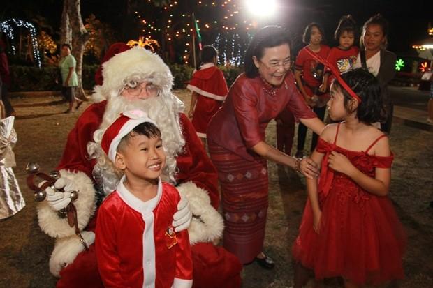 Radchada Chomjinda, die Direktorin der HHNFT und Organisatorin diese ihres letzten Festes, sowie Santa Claus hießen alle Gäste willkommen.