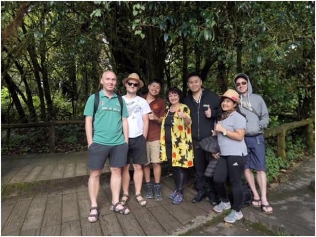 Unsere Gruppe auf dem Doi Inthanon Trail. (Die 2. von rechts ist Kit und ich bin in der Mitte).