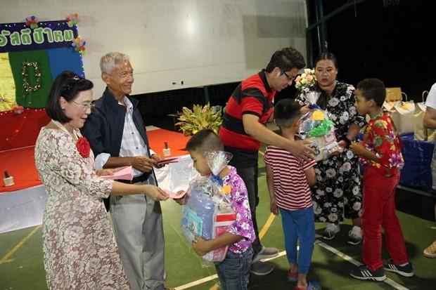 Samphan Akarapongpanitch und Radchada Chomjinda vergeben viele Preise an die angestellten und die Kinder.