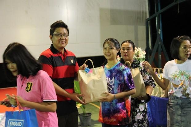 Auch Vize-Direktor Siromes Akarapongpanitch verteilt Preise.