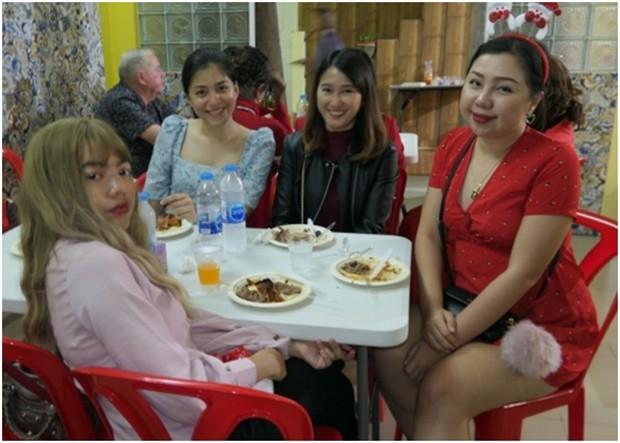 Die hübsche Rita Battaglino (2. von rechts) mit Freundinnen.