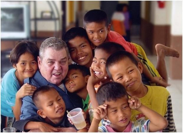 Vater Ray Brennan mit den ersten Straßenkindern.
