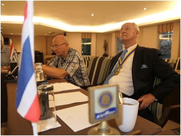 Präsident Dieter Reigber und Jan Abbink hören aufmerksam zu.