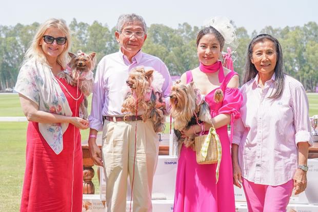 Der Leiter des Queen Sirikit Centre für Brustkrebs-Stiftung, Dr. Kris Chatamra, seine Gattin Khunying Finola (links von ihm, sowie die Betreuerin des Hundes IKH Hoheit Prinzessin Sirivannavari Nariratana Rajakanya und Nuntinee Tanner.