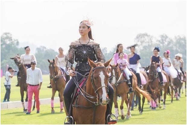 Bekannte Stars und Persönlichkeiten zeigen Mode auf de Pferderücken.