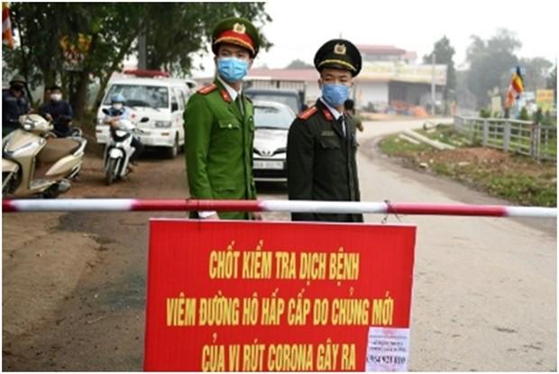 Um die Farmgegend Son Loi in der Nähe von Hanoi sehen Polizisten und bewachen die Absperrungenm nachdem dort sechs Fälle des tödlichen Virus entdeckt wurden.