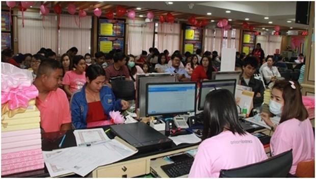 Über 200 Pärchen unterschrieben ihr Eheabkommen im Banglamung Bezirksamt.