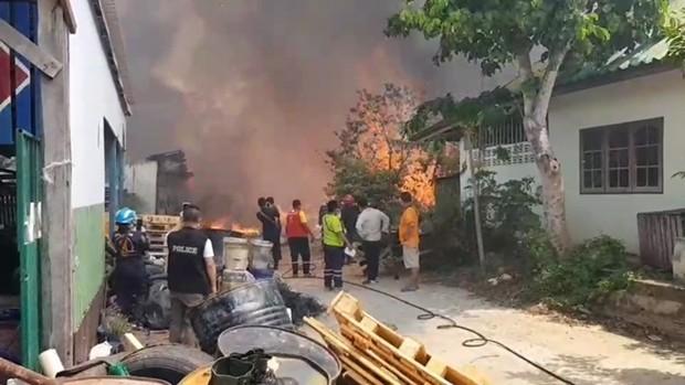 Feuerwehrleute hatten das Feuer schnell unter Kontrolle, obwohl das Lager total ausbrannte.