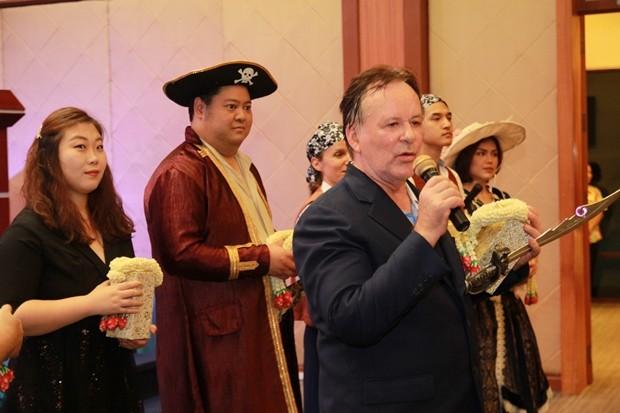 Stefan Sanchez, der Leiter der Bangkok Grand Opera in verschiedenen Rollen.